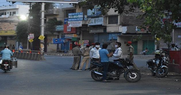 भिखारीपुर तिराहे पर लॉकडाउन के उलंघन करने वाले 16 का चालान और एक गाड़ी को पुलिस ने किया सीज